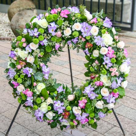 Virágposta - Görögkoszorú krémfehér rózsákkal és fréziákal