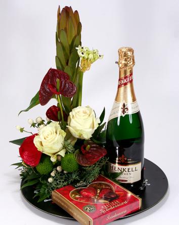 Virágposta - Ajándéktál anthúriumokkal és rózsákkal