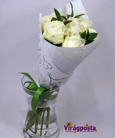 Virágposta - Fehér rózsák papírtölcsérben
