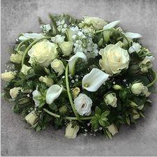 Virágposta - Megtört szívvel - koszorú fehérben kálákkal, rózsákkal