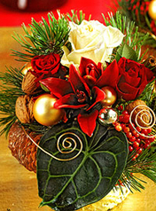 Virágposta - Ünnepi dísz liliomokkal, rózsákkal és arany gömbökkel