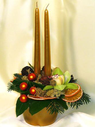 Virágposta - Asztaldísz arany gyertyákkal és orchideákkal