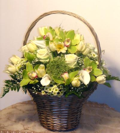 Virágposta - Gála virágkosár krém rózsákkal és zöld orchideákkal