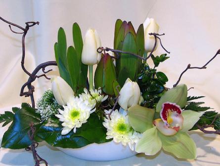 Virágposta - Fehér tál tulipánnal és orchideával