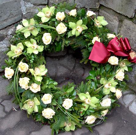 Virágposta - Görögkoszorú krém rózsákkal és zöld orchideákkal