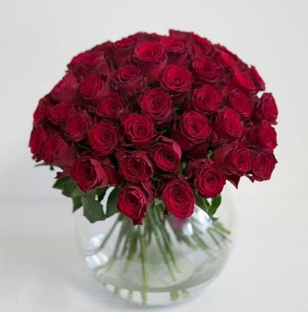 Virágposta - Vörös rózsák kerek csokorban - 40 cm
