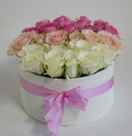 Virágposta - Porcelán rózsák kerek dobozban