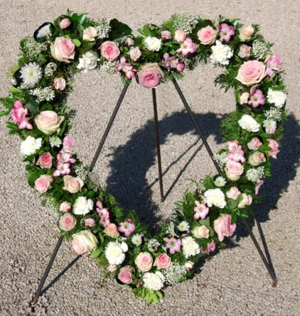 Virágposta - Szív koszorú rózsákkal, rózsaszín és fehér színben