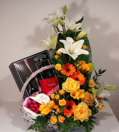 Virágposta - Ajándékkosár liliomokkal rózsákkal és szeretettel