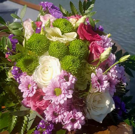 Virágposta - Friss elegancia - kerek csokor fehér rózsákkal
