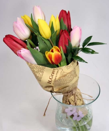 Virágposta - Színpompás tulipánok papírtölcsérben