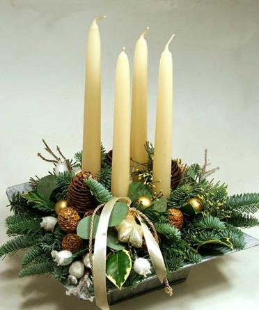 Virágposta - Ünnepi tál krém gyertyákkal - karácsonyi asztaldísz